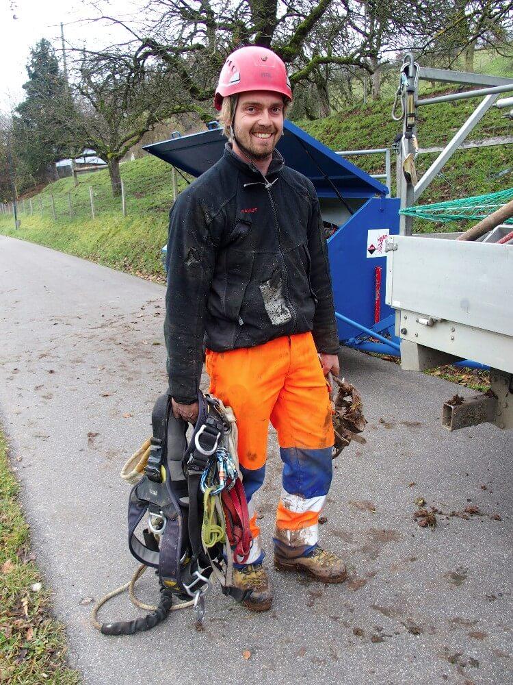 Ein Mann mit Berufsstolz: Freileitungsmonteur Marc Spreiter. In der Linken die Steigeisen, in der Rechten den Werkzeug- und Sicherungsgurt